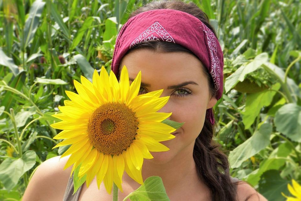 dívka se slunečnicí