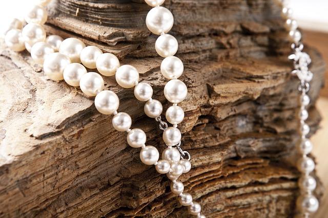 perly a dřevo