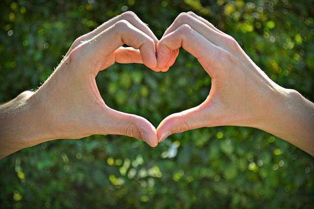 ruce spojené v srdce