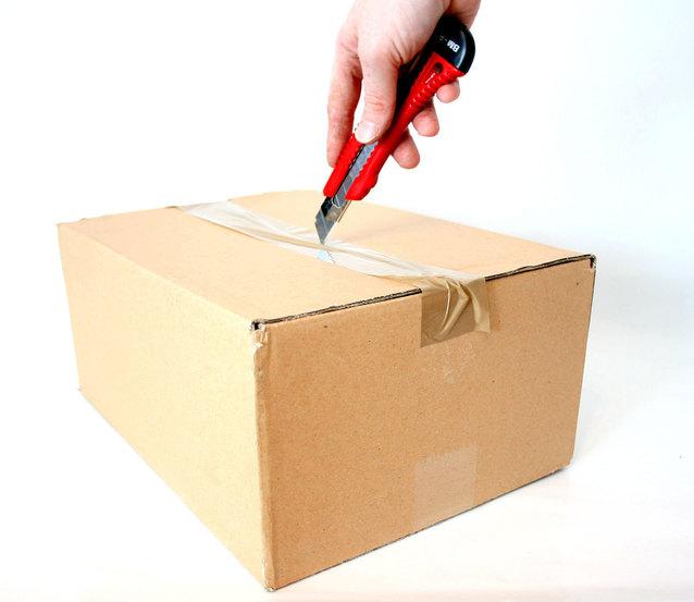 rozlepování papírové krabice