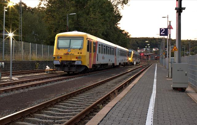 vlak vyjíždějící z nástupiště