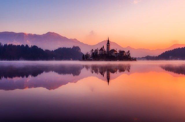výhled na jezero ve Slovinsku